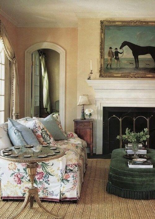 Sala vintage com capa de sofá estampado floral
