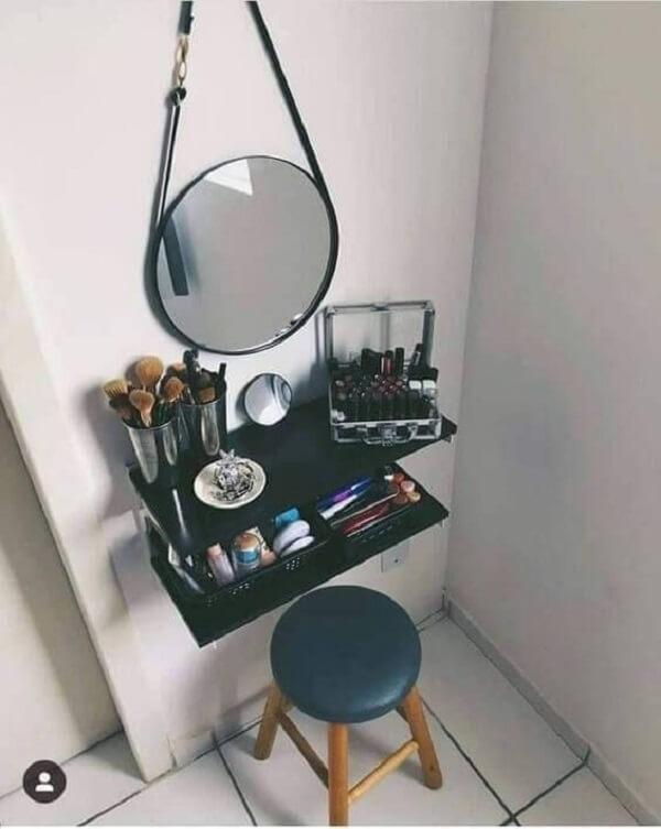 Se inspire nesse modelo de penteadeira suspensa preta