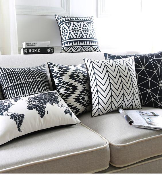 Sofá cinza com almofadas estampadas