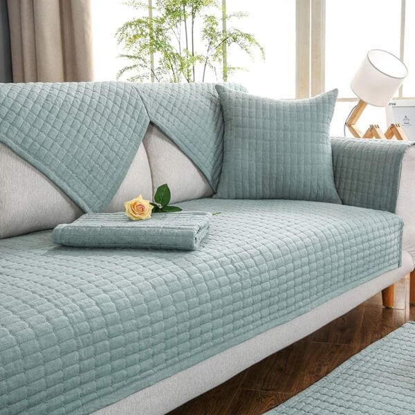 Sofá cinza com capa azul claro