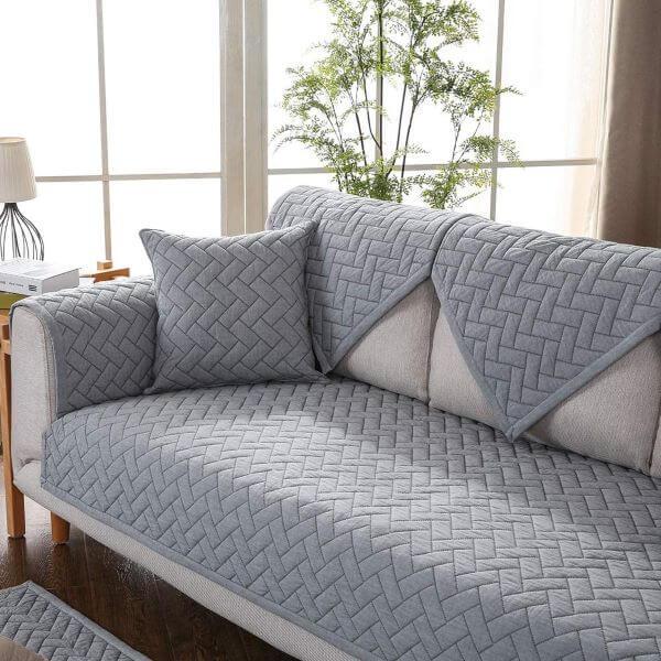 Sofá com capa cinza na sala de estar moderna