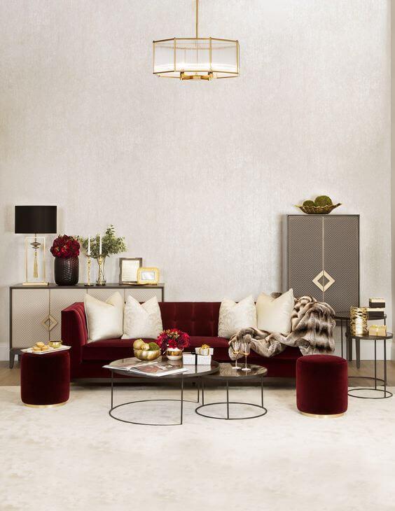 Sofa cor vinho na sala de estar clara