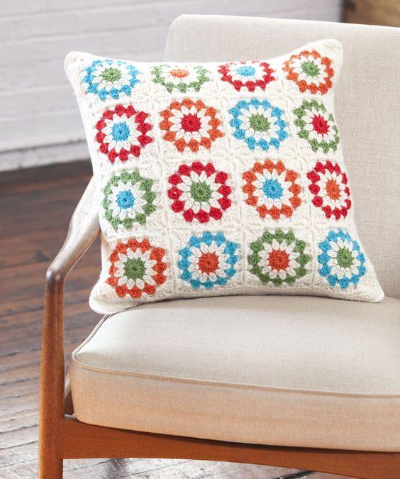 Tecido para almofada com crochê