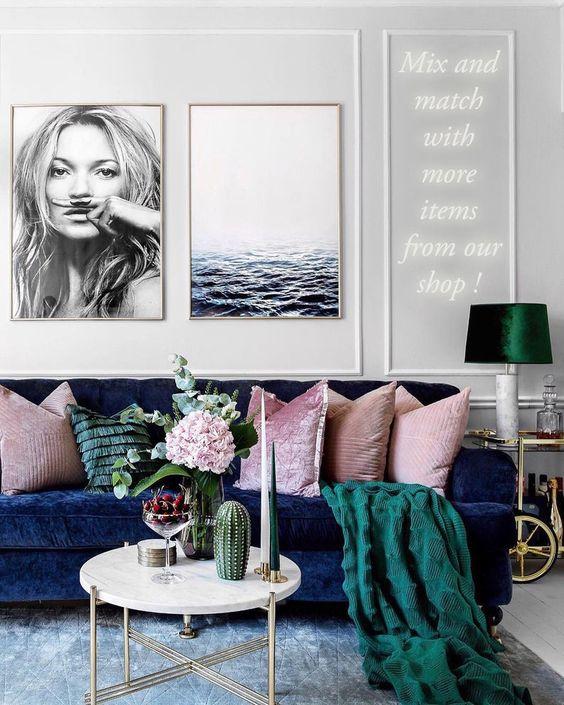 Tecido para almofada rosa no sofá azul marinho