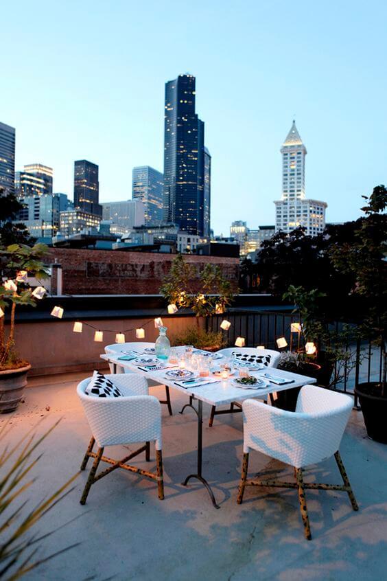 Terraço com mesa e cadeiras modernas