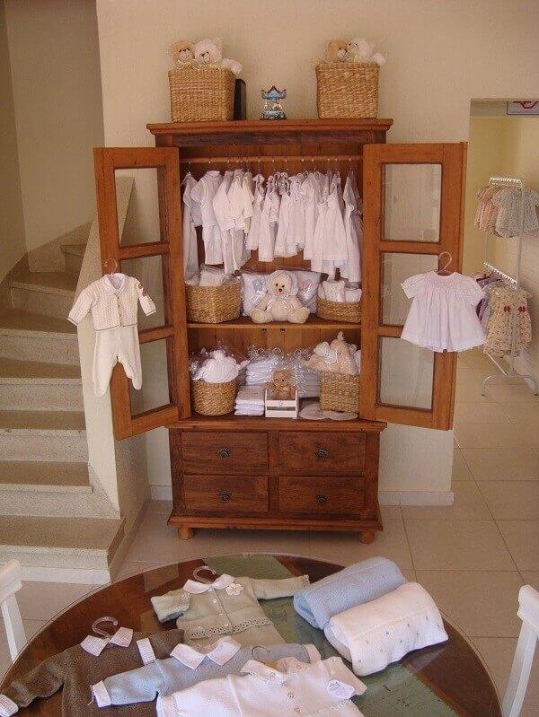 Use a cristaleira rústica para expor roupas de bebê na sua loja
