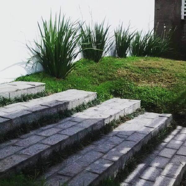 Utilize a pedra miracema para compor o revestimento da escada externa