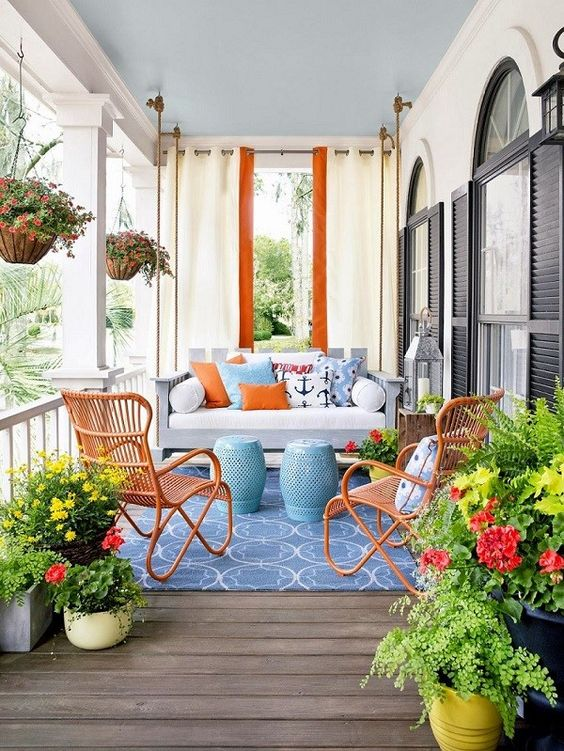 Varanda com cadeira de ferro laranja