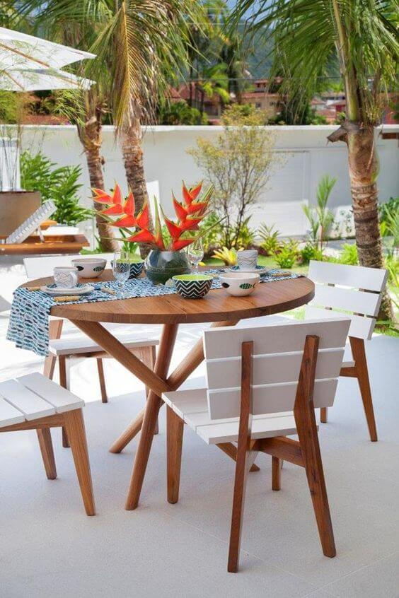 Varanda com mesa para área externa redonda