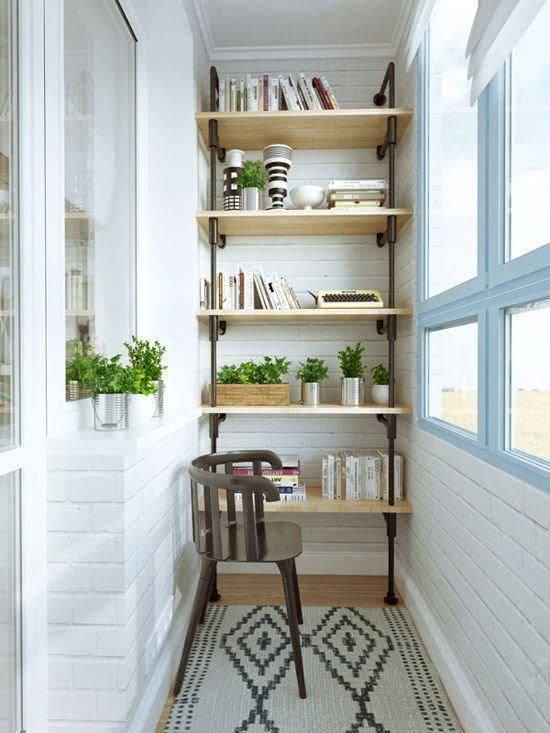 Varanda decorada com estante e livros
