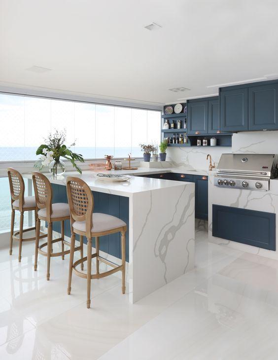 Varanda gourmet com revestimento marmorizado no fogão e no balcão