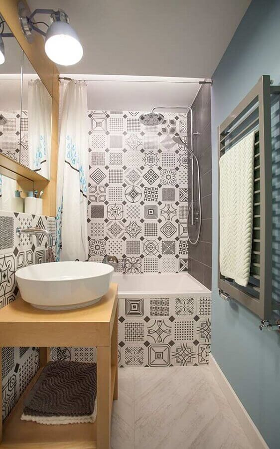 Adesivo para azulejo de banheiro pequeno decorado com parede azul pastel