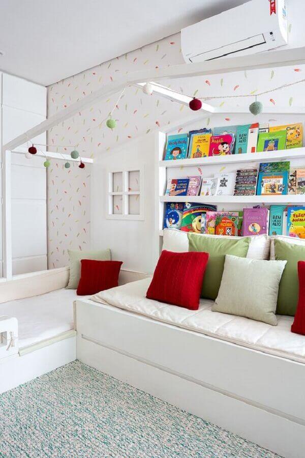 Almofadas coloridas para decorar quarto infantil todo branco
