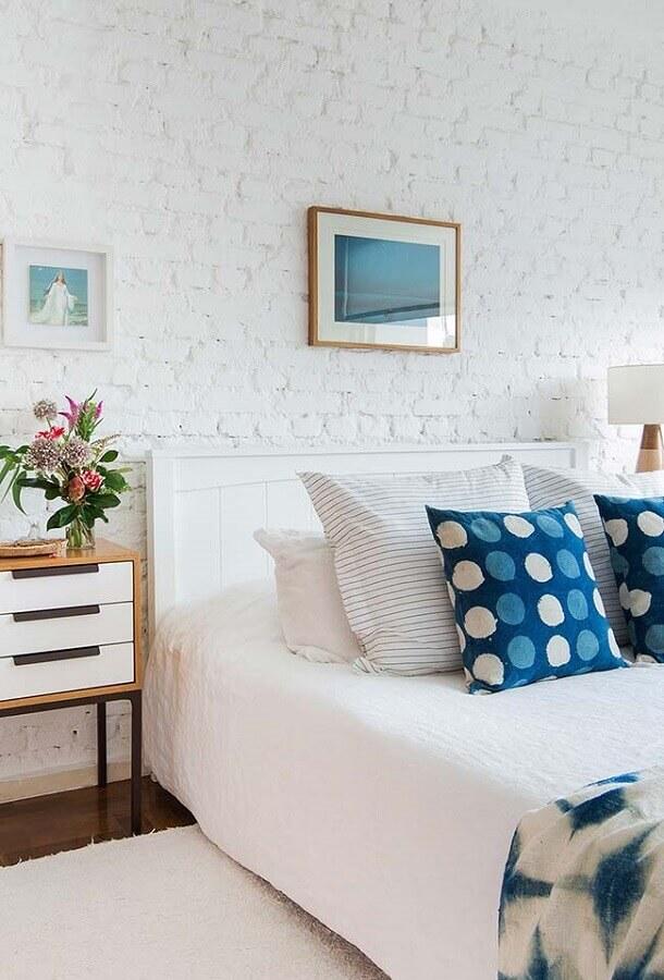 Almofadas decorativas para quarto branco decorado com parede tijolinho branca