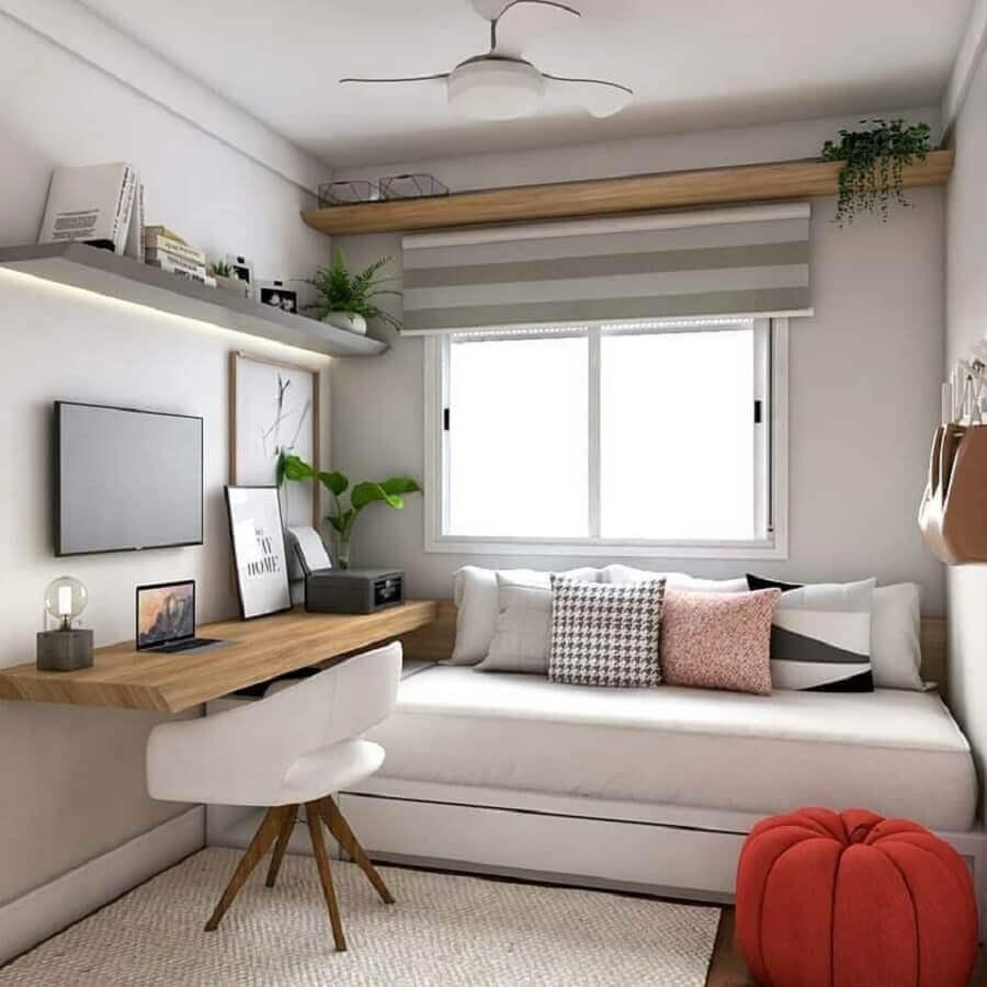 Almofadas decorativas para quarto de solteiro planejado com bancada de madeira
