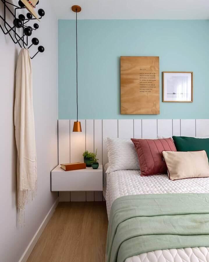 Almofadas decorativas para quarto decorado com parede azul e criado mudo suspenso