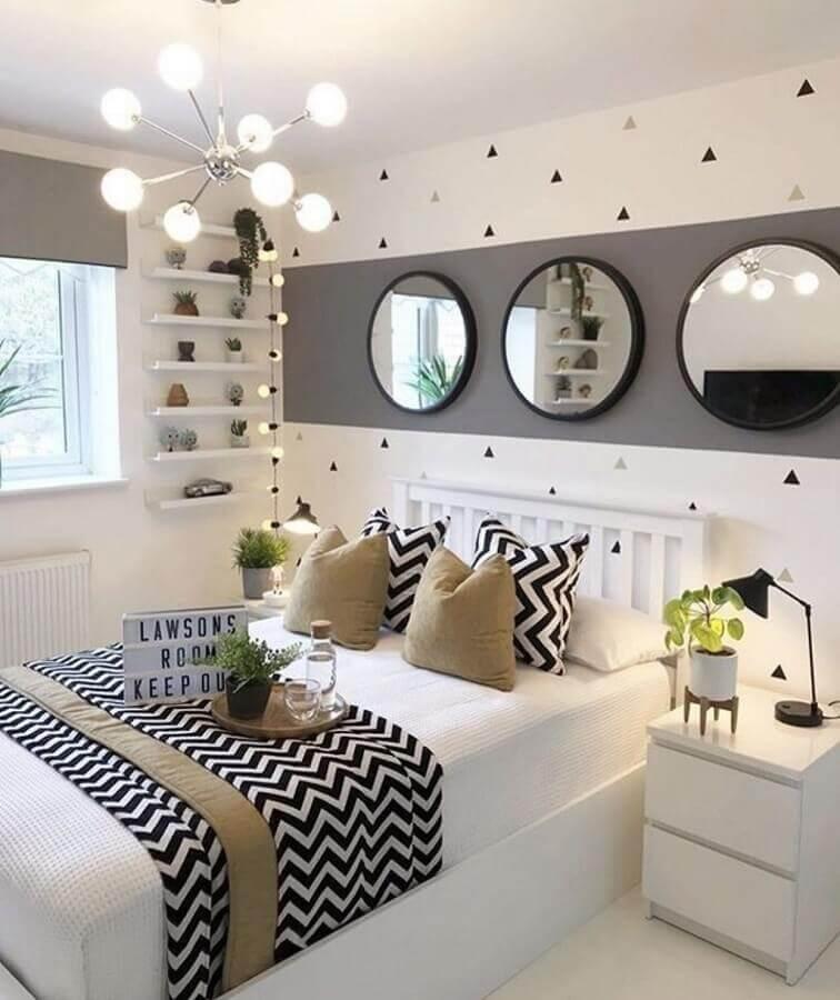 Almofadas para decorar quarto branco e cinza com espelhos redondos
