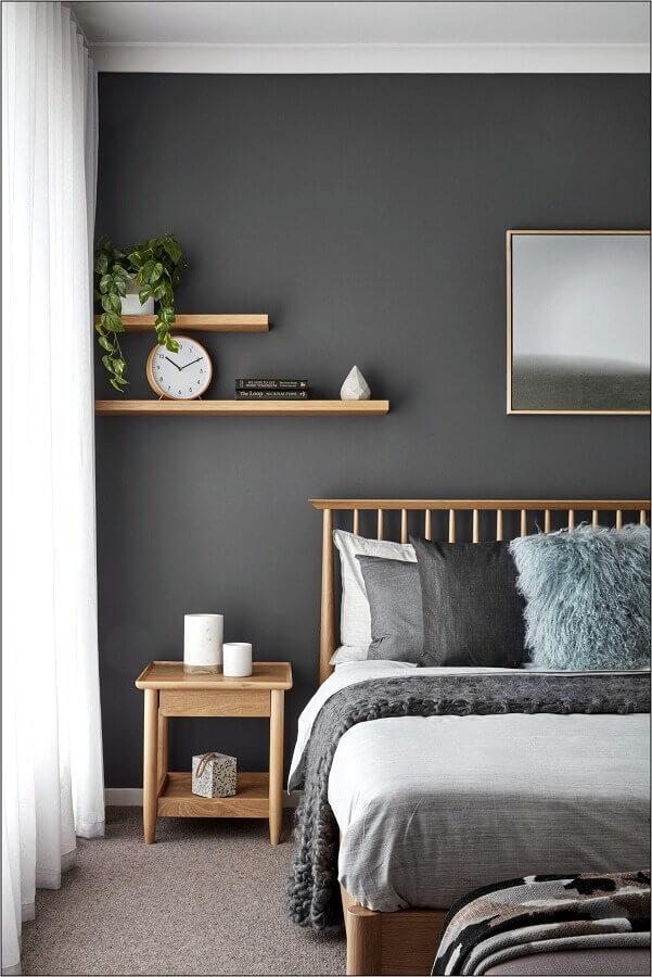 Almofadas para decorar quarto cinza com cama de madeira
