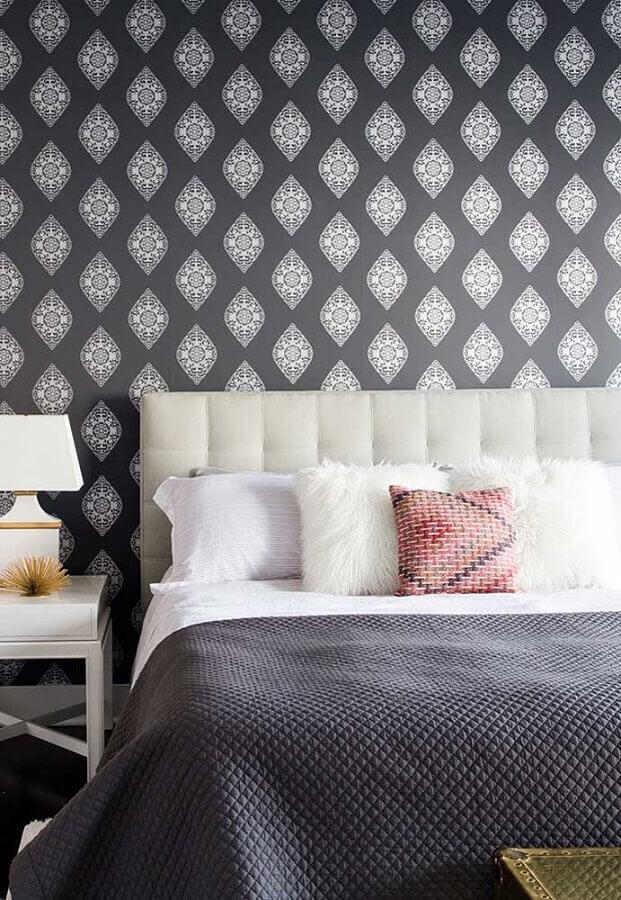 Almofadas para decorar quarto cinza com papel de parede e cabeceira estofada