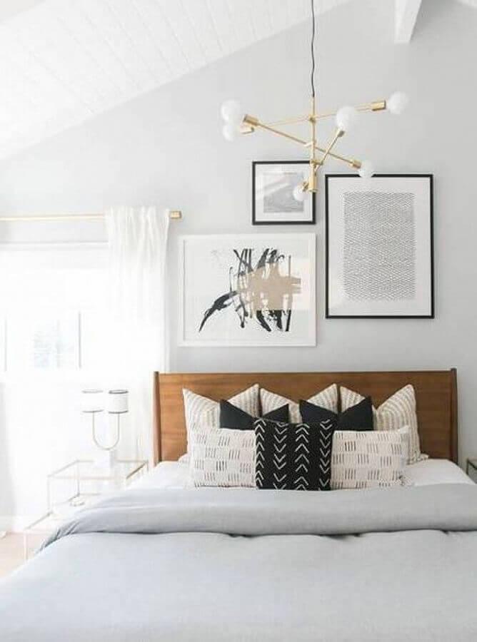 Almofadas para quarto de casal branco decorado com luminária pendente moderna