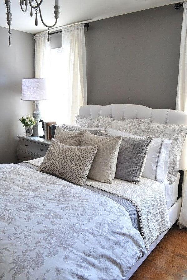 Almofadas para quarto de casal cinza e branco clássico