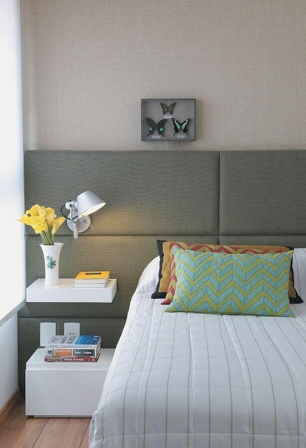 Almofadas para quarto de casal decorado com cabeceira cinza estofada