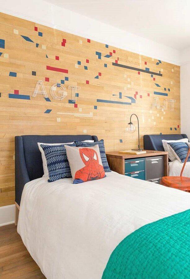 Almofadas para quarto de menino decorado com papel de parede amadeirado