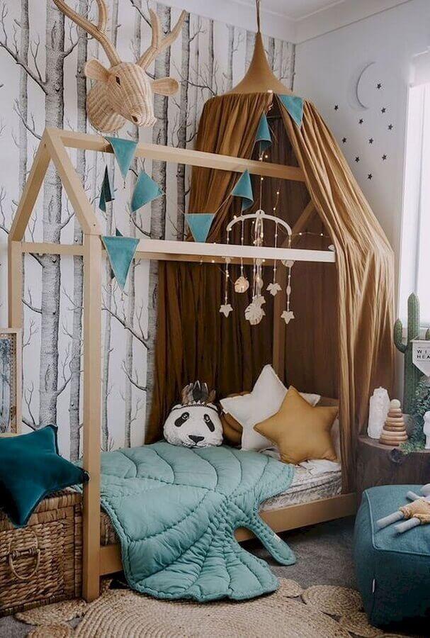 Almofadas para quarto infantil simples decorado com cama casinha e papel de parede de árvores