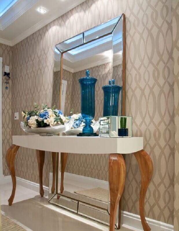 Aparador com espelho atrás para decoração de corredor com papel de parede bege