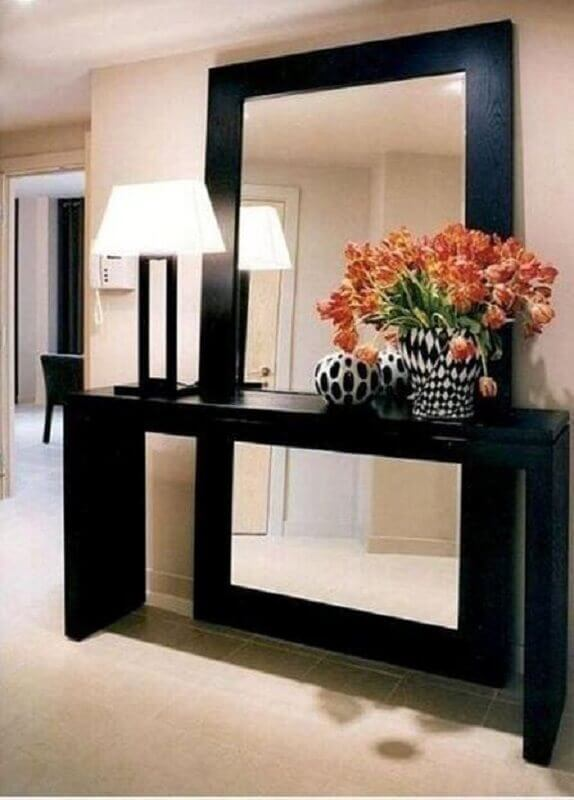 Aparador com espelho atrás para decoração de hall de entrada