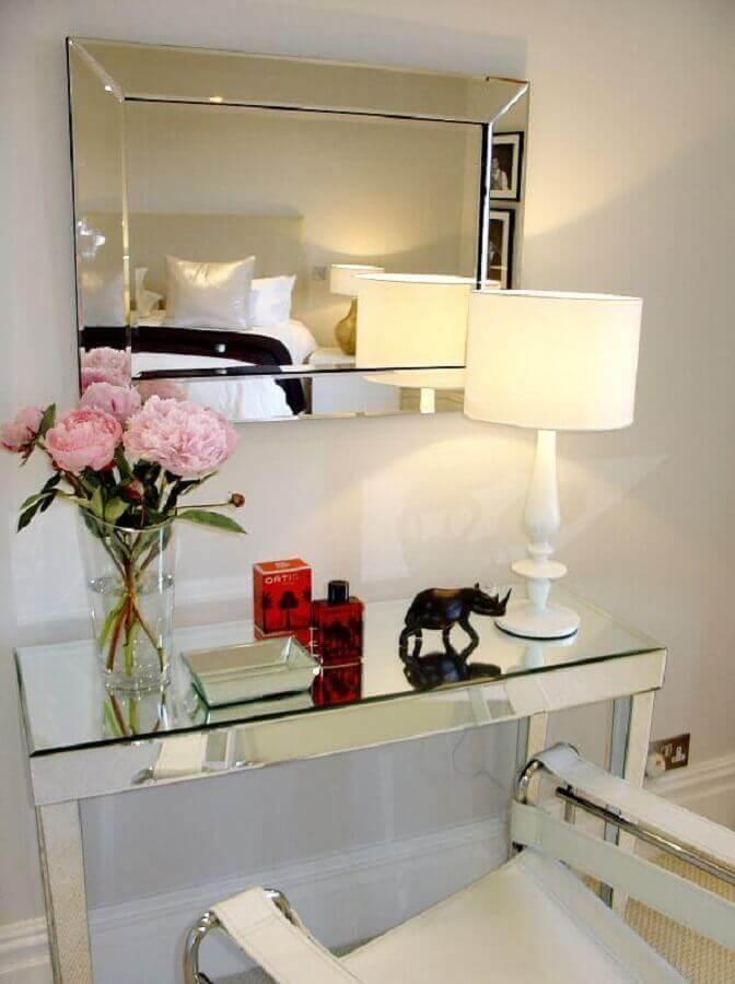 Aparador com espelho de parede para decoração de quarto