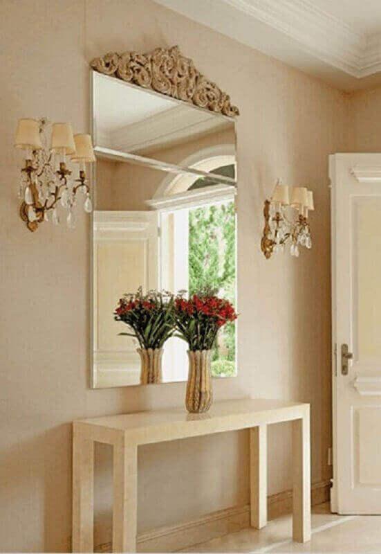 Aparador com espelho na parede para decoração de hall de entrada em cores neutras