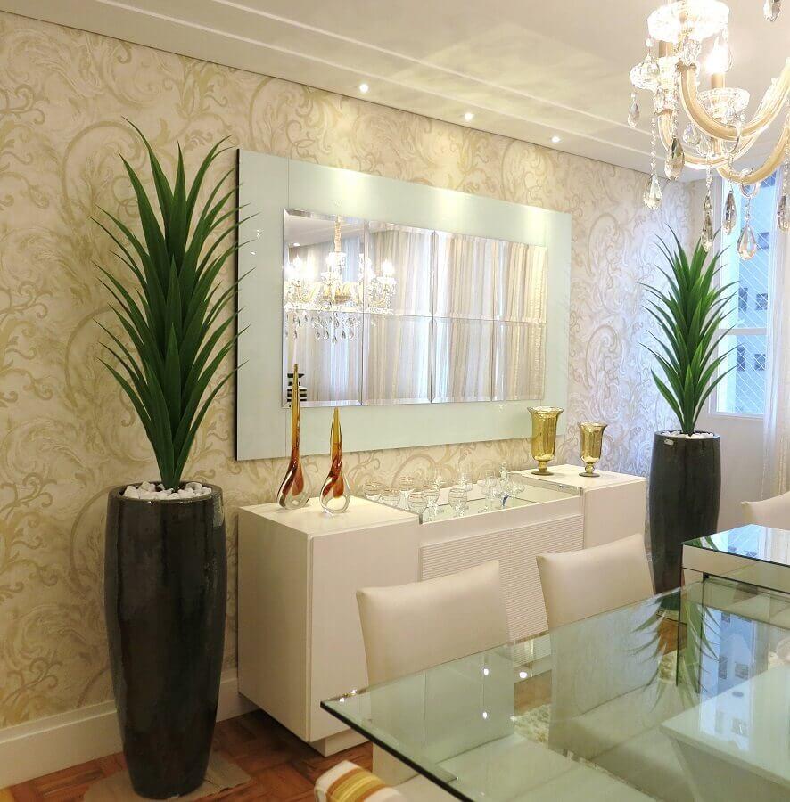 Aparador com espelho na parede para sala de jantar sofisticada