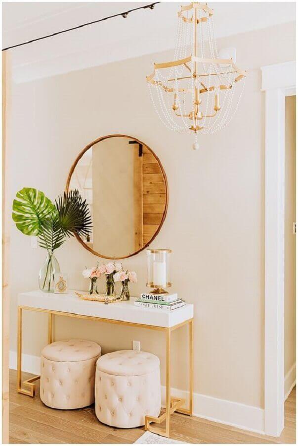 Aparador com espelho para corredor com decoração delicada e sofisticada com detalhes em dourado