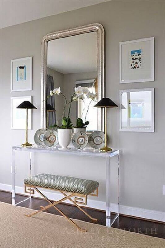 Aparador com espelho para corredor decorado