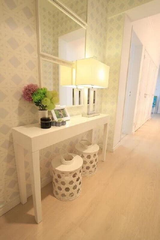 Aparador com espelho para corredor decorado em cores claras