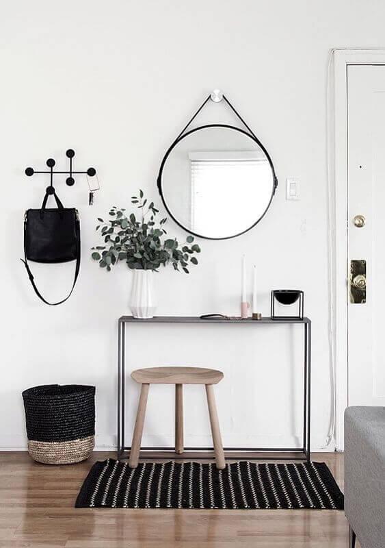 Aparador com espelho para corredor minimalista decorado