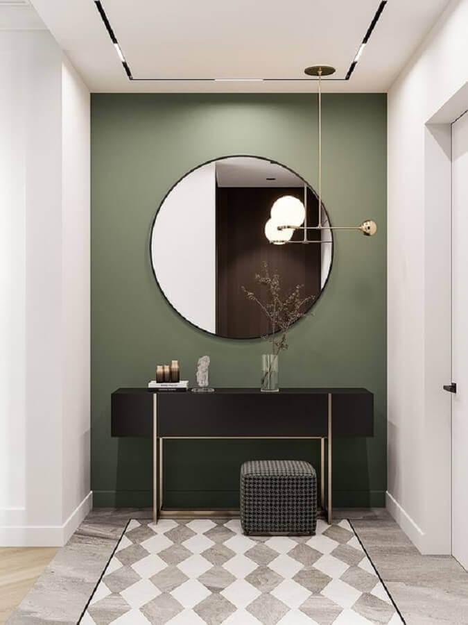 Aparador com espelho para corredor moderno decorado com parede verde escura