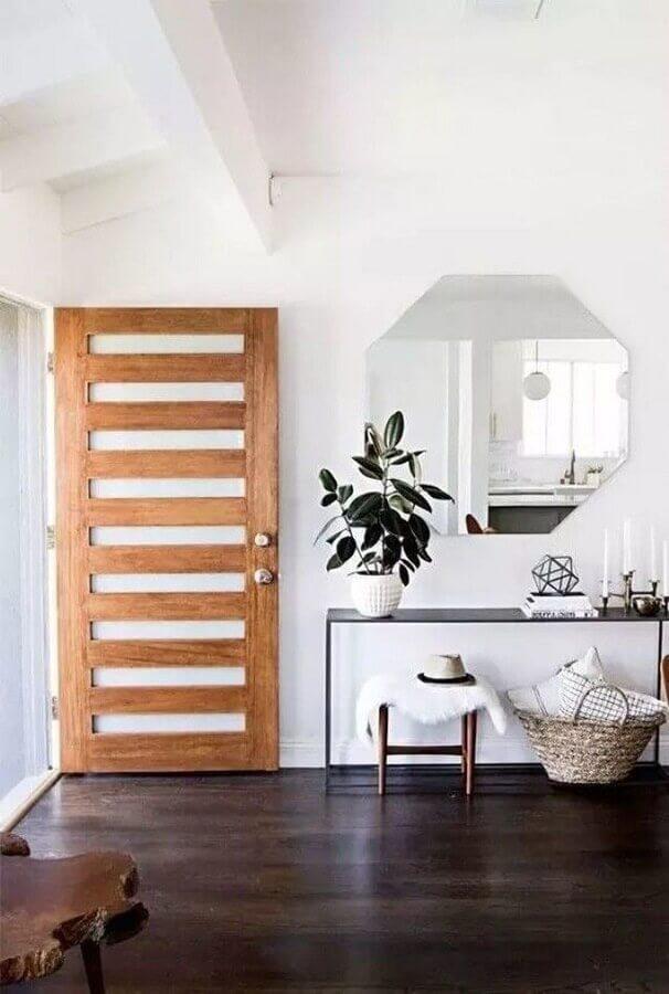 Aparador com espelho para hall de entrada decorado com porta de madeira