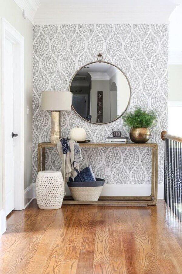 Aparador com espelho redondo para corredor decorado com papel de parede cinza