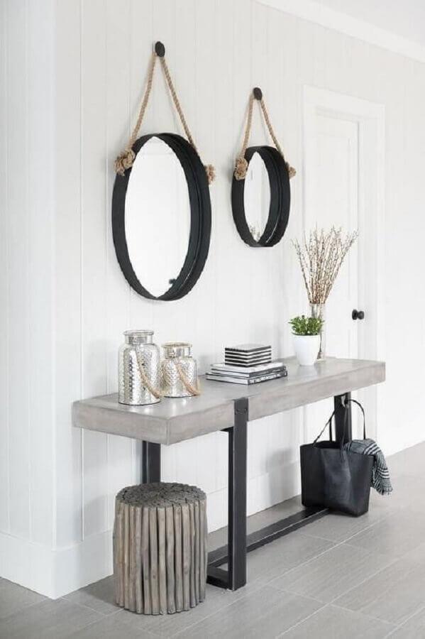 Aparador com espelho redondo para decoração de corredor branco