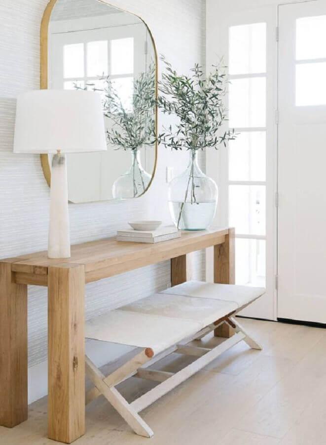 Aparador de madeira com espelho para decoração de hall de entrada clean