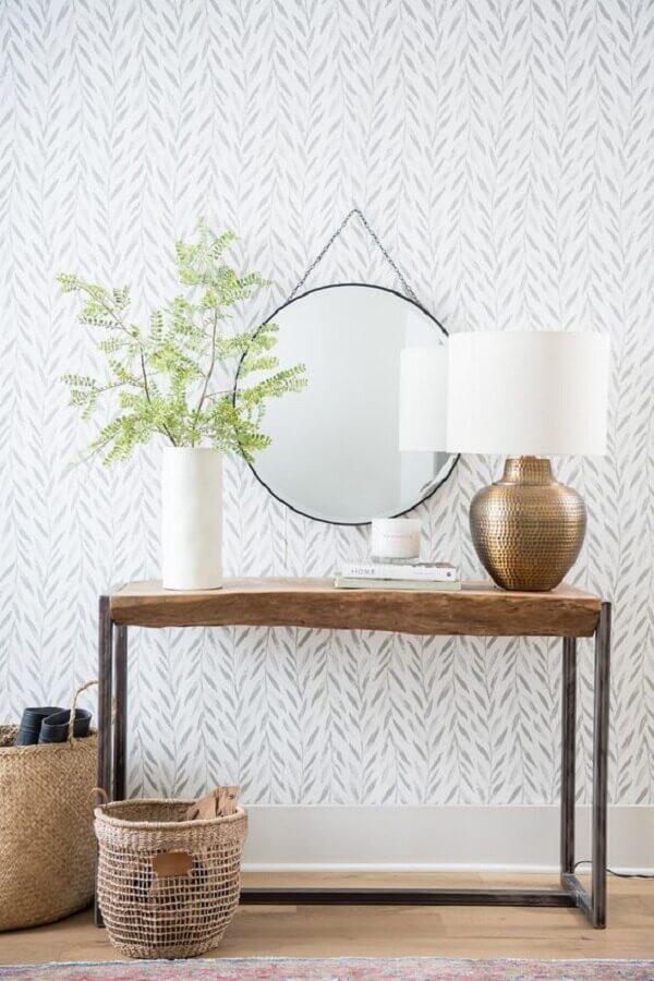 Aparador de madeira com espelho redondo para decoração de corredor