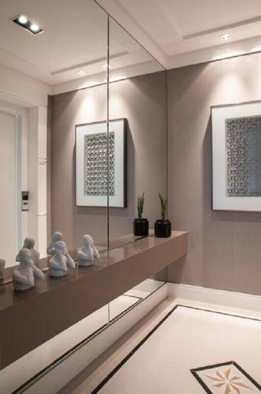 Aparador suspenso com espelho na parede para decoração de hall cinza moderno