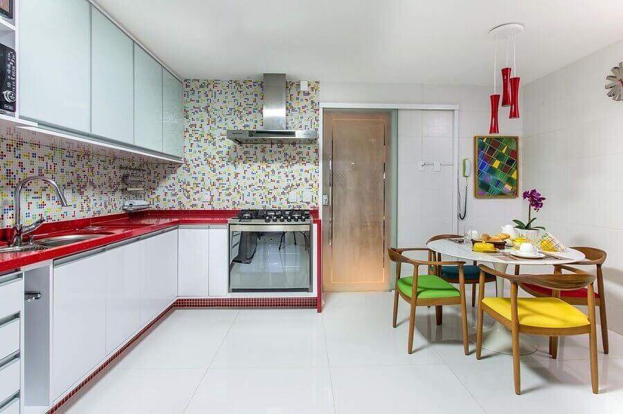 armário aéreo branco para decoração de cozinha com cadeiras coloridas Foto Bruno Sgrillo Arquitetura
