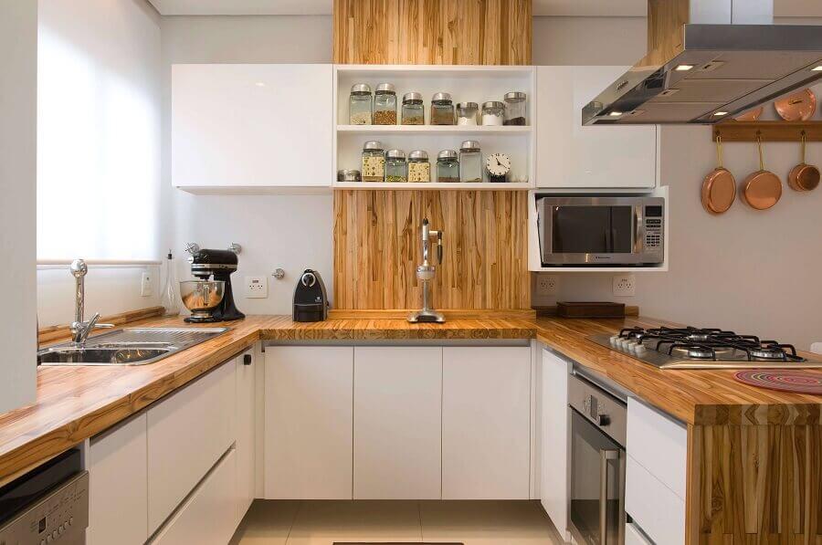 armário aéreo com nicho para microondas para decoração de cozinha em U com bancada de madeira Foto Webcomunica