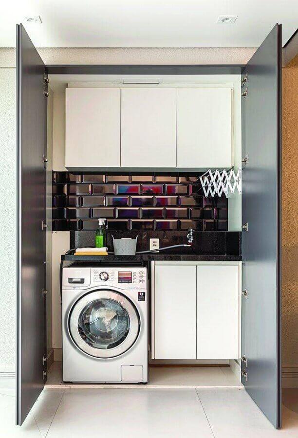 armário aéreo para lavanderia pequena decorada com metro white preto Foto Lolafá