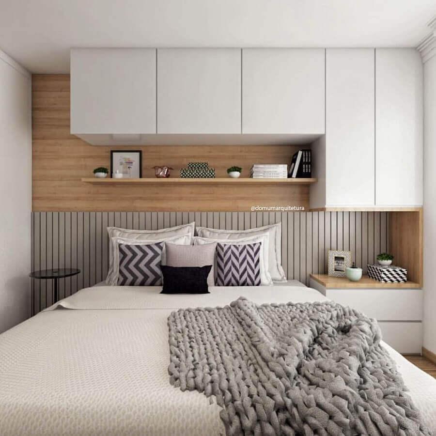 armário aéreo para quarto de casal decorado com parede de madeira Foto Pinterest
