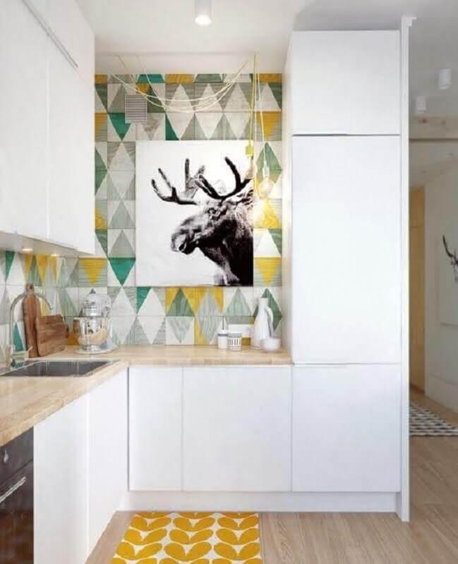 Armário branco planejado para decoração com azulejo de cozinha colorido com estampa geométrica