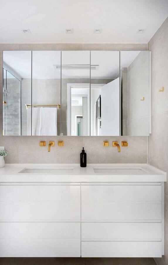 Armário espelheira para banheiro branco decorado com detalhes dourados